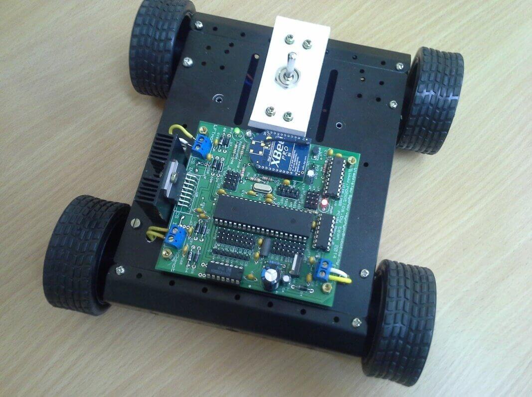 Мобильный колесный робот с установленной платой системы управления